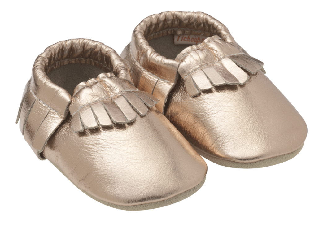 http://www.tichoups.fr/chaussons-cuir-souple/chaussons-bebe-a-frange-rose-metallique.html