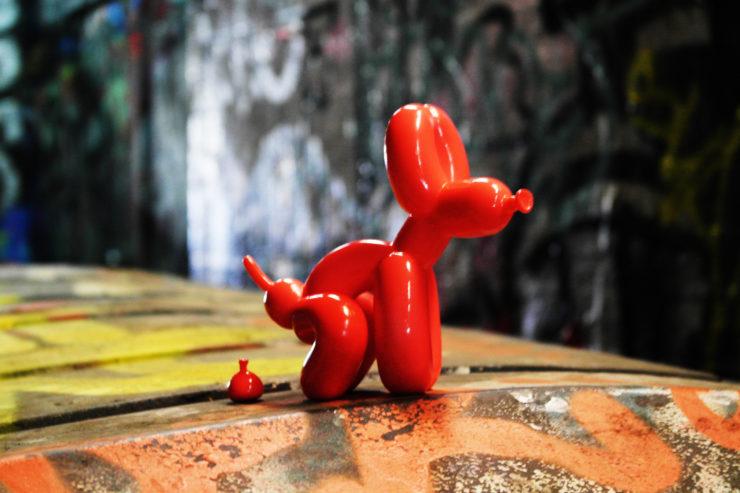 Le chien de Jeff Koons faisant ses besoins